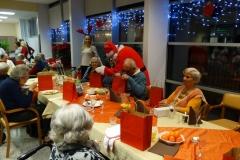 Novoletna zabava z živo glasbo in prihodom Božička